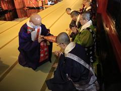 五ヶ所宝印」の後、浅草寺僧侶への押印が行われる。