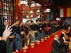 法要中に年男による堂内での豆まきが行われる。