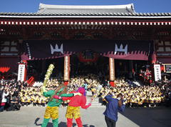 午前10時、本堂前にて浅草寺幼稚園園児による豆まきが行われる。