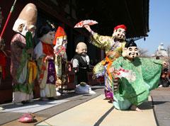 特設舞台での年男による豆まきの後、「福聚の舞(七福神の舞)」の奉演が行われる。
