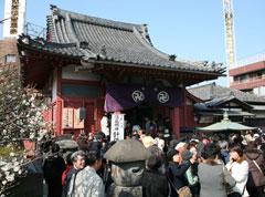 この日淡島堂境内には大勢のご信徒が所狭しと詣でる。