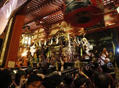 17日夕刻。松明の炎に照らされる中、宮神輿の「堂上げ」が行われる。