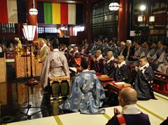 堂内では地元氏子町会代表と、浅草神社宮司のご参列のもと、法要が営まれる。