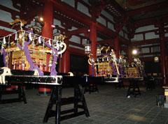 堂内に上げられた3基の宮神輿は、この日堂内で一夜を過ごされる。