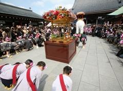 浅草寺幼稚園園児らも参列し、お釈迦さまのご生誕がお祝いされる。