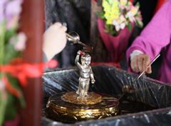 本堂内の他、本堂前の参道、五重塔前の参道にも「花御堂」が設けられ、多くのご信徒により甘茶が灌がれる。