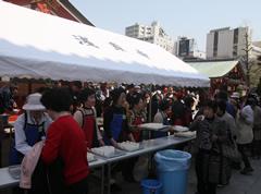 参道では甘茶の無料接待が行われる。