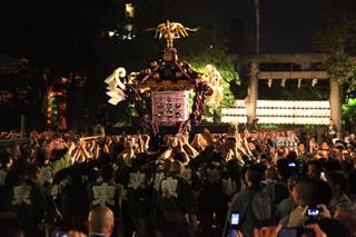 宮入。三社神輿が神社に帰座する。