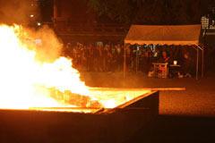 法要後、燈籠は本堂裏でお焚き上げされる。