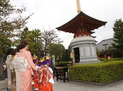 本堂の法要前には、淡島堂境内にて「写経供養塔」の法要が営まれる。