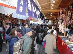 12月17~19日の間、境内には数十軒の羽子板の露店が並ぶ。