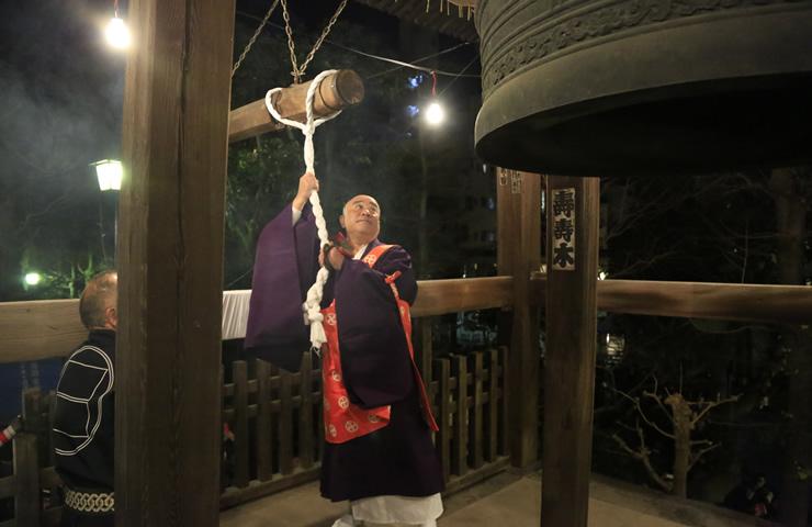 午前0時、去りゆく年への感謝とともに、新年への祈りを込めて鐘が打たれる。